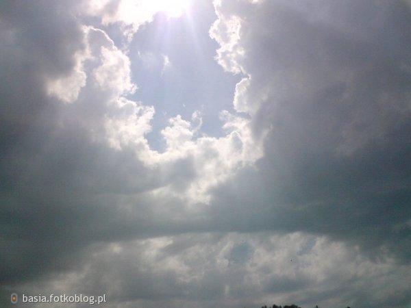 Niech niebo runie Kiedy już się kruszy Wytrzymamy z podniesionymi głowami I razem stawimy temu czoła