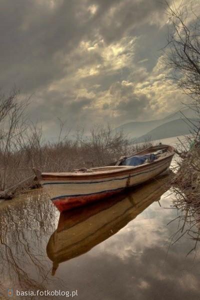 Czasami nasze życie jest jak łódź bez steru, która kołysana falami płynie tam gdzie zaprowadzą nas promienie szczęścia a wiatr nadziei podmucha nam w żagle...