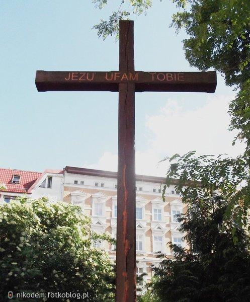 Krzyż jak skrzydła anioła chronią świat
