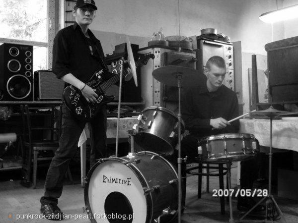Zespół ASYMETRIA  :P w składzie ja ( gitara ) i brat  ( bas ) w tej chwili na bębnach :)